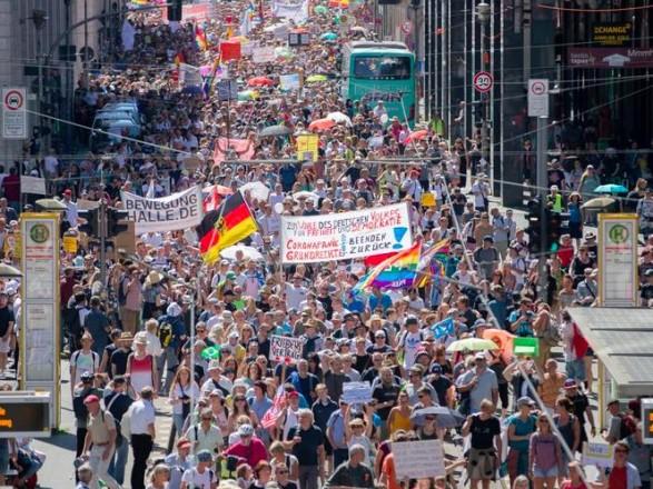 """""""Теория заговора - пандемия короны"""": в Германии протесты из-за продолжения карантина"""