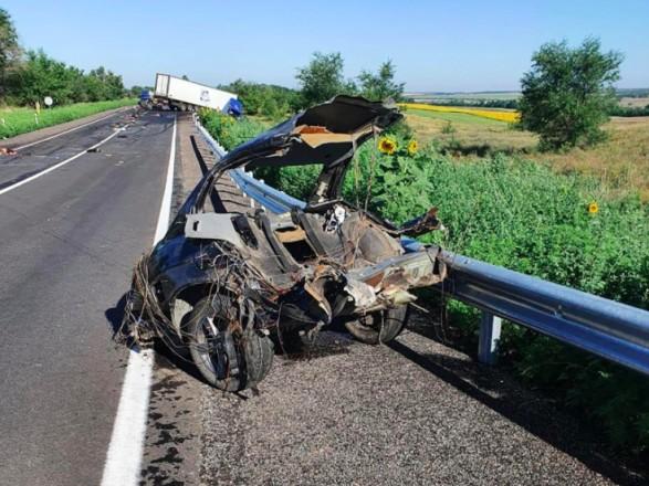 На Запорожье лобовое столкновение BMW и грузовика, 4 человека погибли