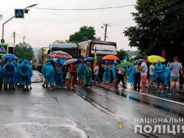 Избиение полицейских во время акции протеста на Буковине: завершено досудебное расследование