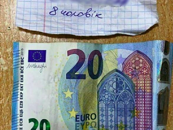 """На Закарпатті водій хотів проїхати через кордон без черг з хабарем """"2,5 євро за людину"""""""