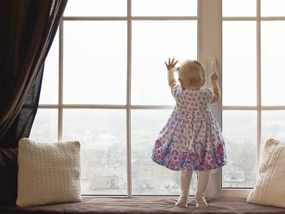 Во Львове выпала из окна и погибла полуторагодовалая девочка
