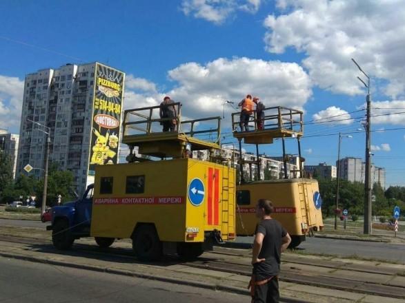 В Киеве экскаватор коммунальщиков въехал в опору освещения