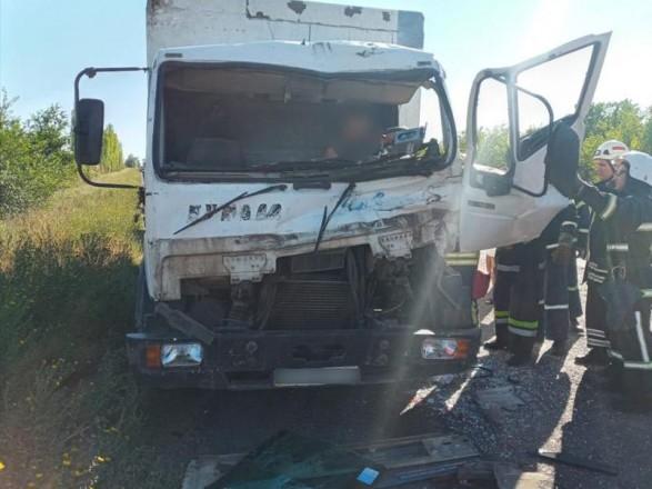 "На трассе ""Днепр - Николаев"" столкнулись грузовик и легковушка"