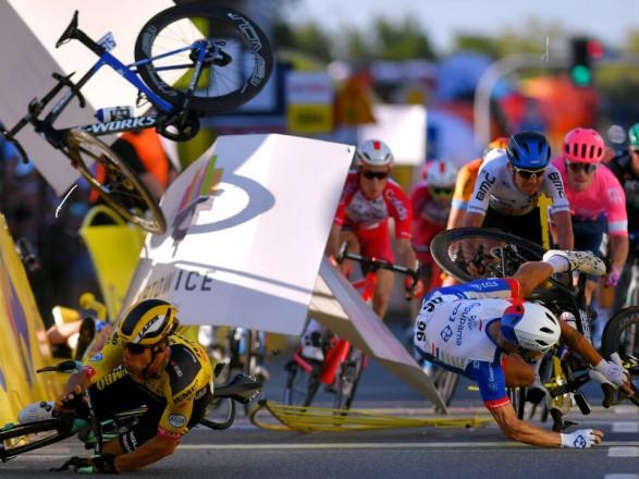 """Во время велогонки """"Тур Польши"""" произошло масштабное столкновение спортсменов: один из них в тяжелом состоянии"""
