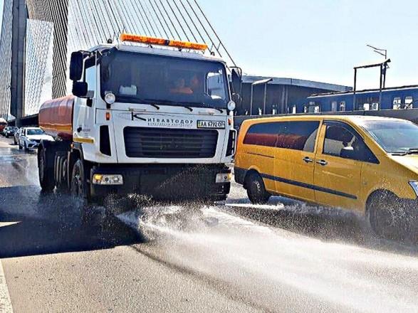 Жара в Киеве: на улицы вывели более полусотни поливомоечных машин