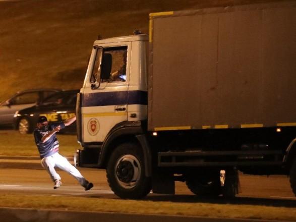 В сети появилось видео наезда автоазака на человека во время протестов в Минске