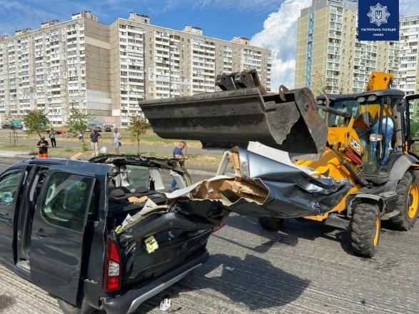В Киеве произошло ДТП с экскаватором и легковушкой: есть травмированный