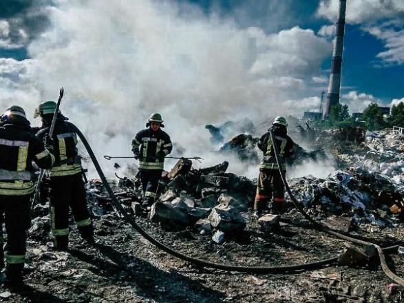 В Дарницком районе столицы горела мусорная свалка