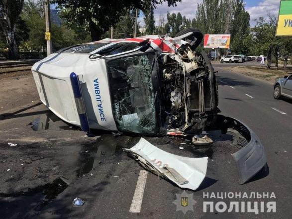 """В Одессе в результате ДТП перевернулась """"скорая"""", есть пострадавшие"""