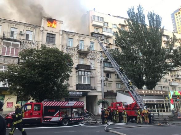 В доме в центре Киева вспыхнул пожар: перекрыта улица