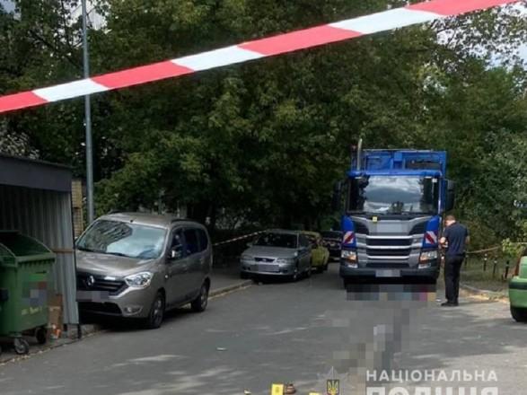 В Киеве мусоровоз насмерть сбил женщину, ребенок — в больнице