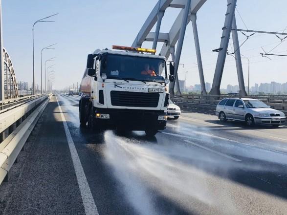 В Киеве из-за жары усилили мытье и полив улиц