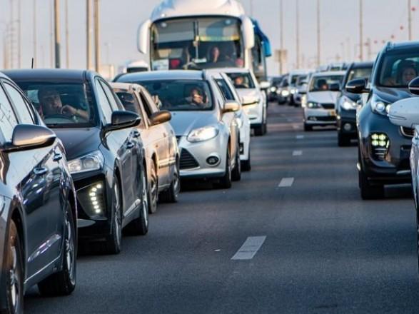 Утром на нескольких мостах Киева образовались пробки