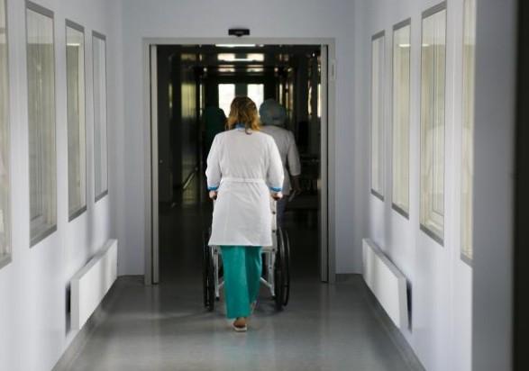 """""""Ковидный"""" коллапс в столичной больнице: медики без сна, а пациенты - в коридорах"""