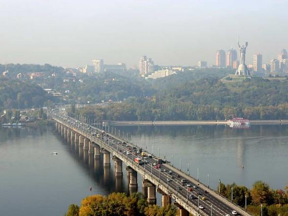 Утром в Киеве на всех мостах образовались пробки