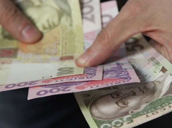 Средняя зарплата в Украине за месяц уменьшилась на 360 грн
