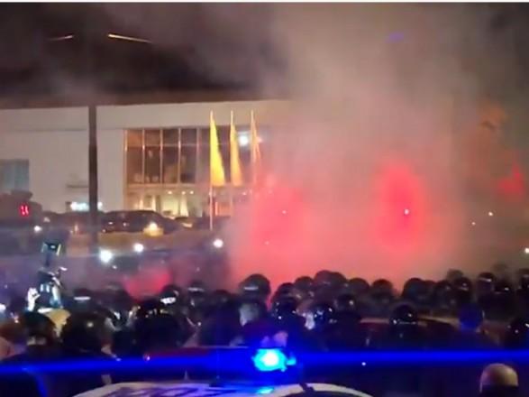 Столкновения под Шевченковским судом Киева: активисты бросали камни и петарды в правоохранителей