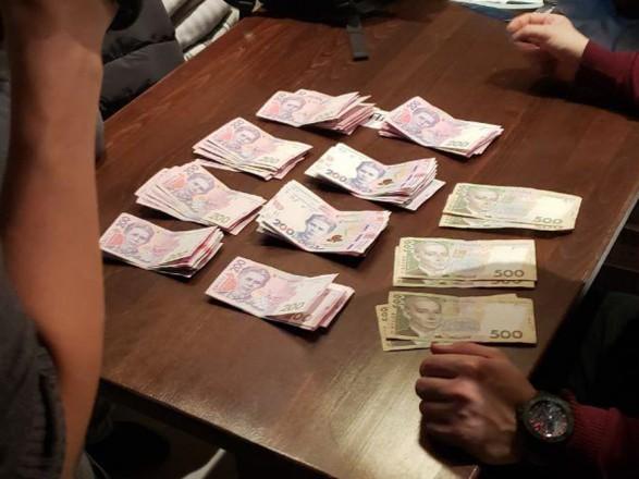 Киевского чиновника с посредником задержали на взятке за переоформление автомобиля