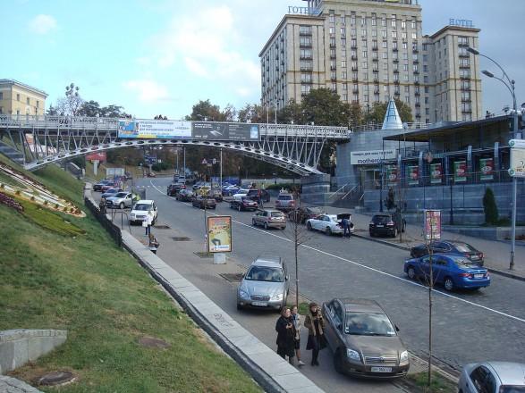 В Киеве разыскивают мужчину, который справил нужду на аллее Героев Небесной Сотни