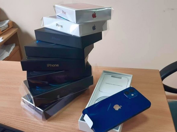 """У """"Борисполі"""" і """"Жулянах"""" зафіксували перші незаконні спроби ввезення в Україну нових iPhone 12"""