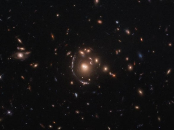 """Hubble """"пошпигував"""" за галактикою через космічну лінзу"""