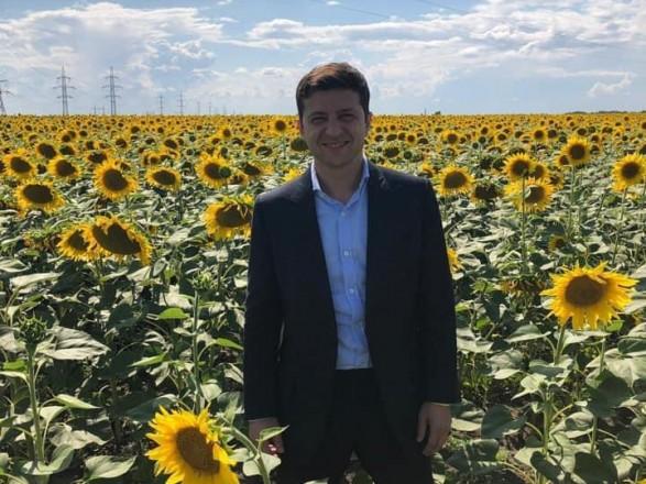 Зеленский поздравил аграриев с праздником своим фото в подсолнухах
