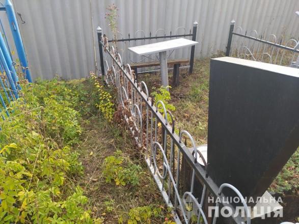 В Харьковской области задержали мужчину за надругательство над могилами