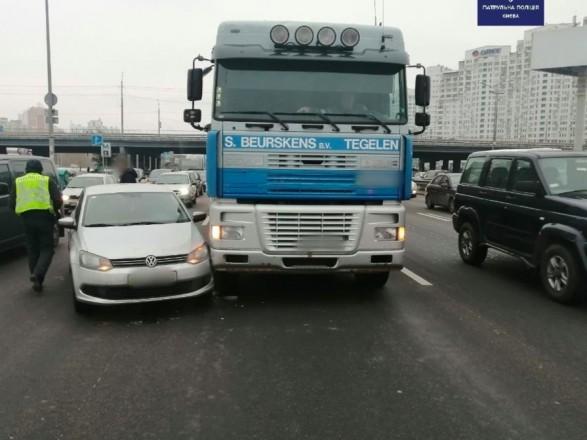 В Киеве ДТП легковушки и грузовика: затруднено движение в направлении правого берега