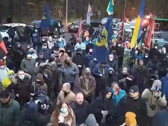 """Более сотни автомобилей с активистами прибыли в """"Феофании"""", где лечится Зеленский"""