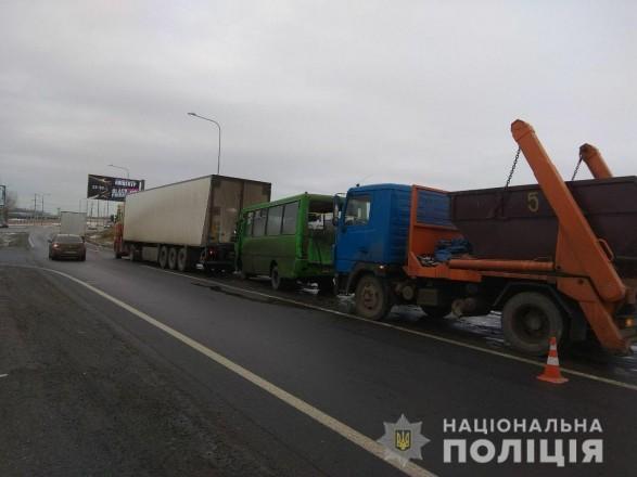 В Харькове столкнулись два грузовика и автобус: есть пострадавший