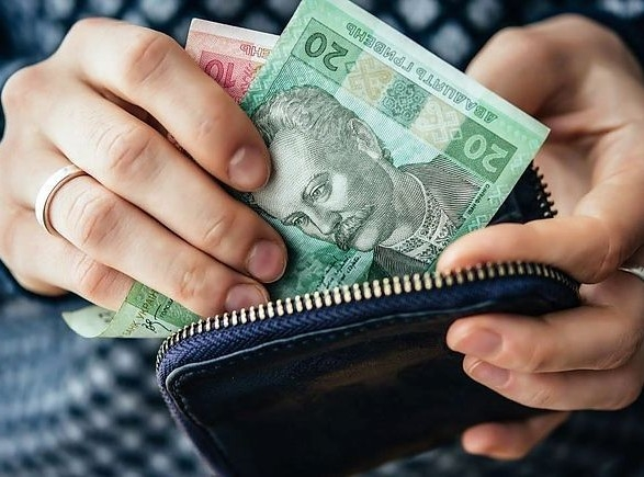 Уряд на рік зупинив процес підвищення зарплат освітянам