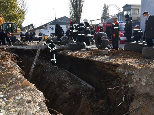 В Николаеве двух рабочих засыпало землей и привалило бетонной плитой