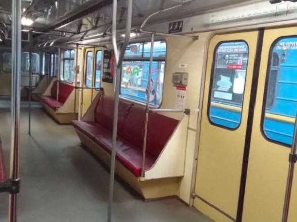 В столичном метро курсирует вагон с вертикальными поручнями
