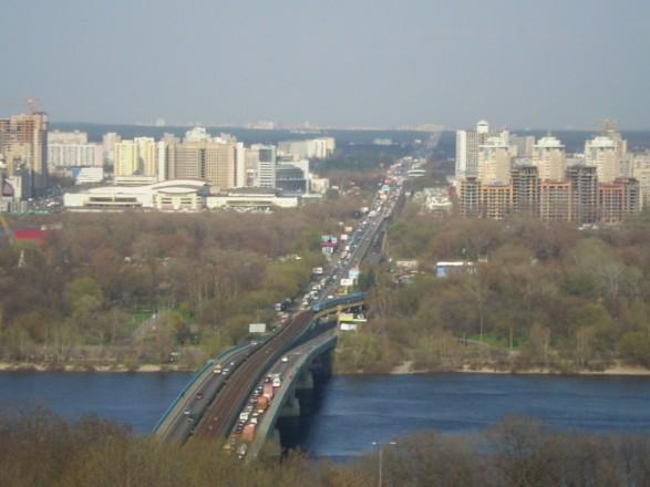 На столичном мосту Метро частично ограничили движение