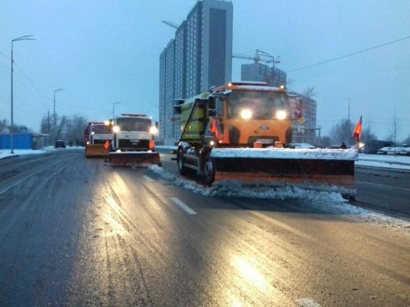 В Киеве около тысячи коммунальщиков убирают улицы от снега - КГГА