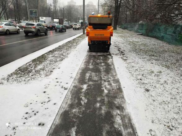 Киев засыпало снегом: коммунальщики усиленно убирают улицы