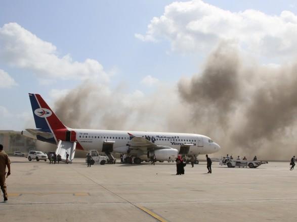 По меньшей мере 26 человек погибли в результате нападения в аэропорту в Йемене