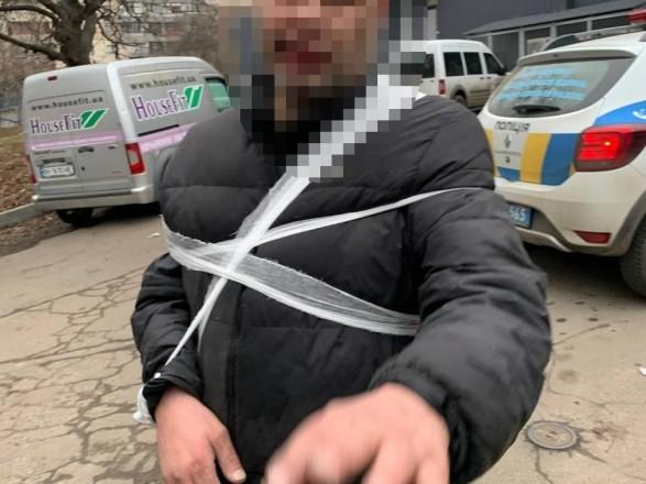 В Одессе задержали мужчину, который облил бензином киоск, автомобиль и угрожал прохожим ножом