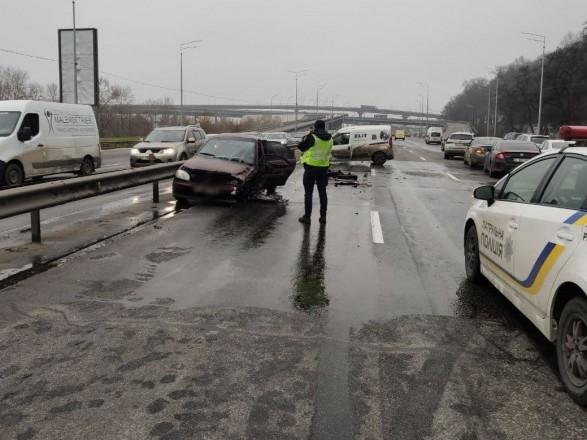 На Надднепрянском шоссе в Киеве столкнулись пять автомобилей: движение затруднено