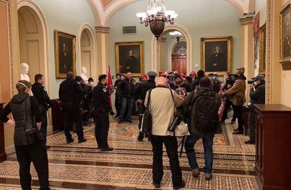 Сторонники Трампа прорвались в Конгресс США