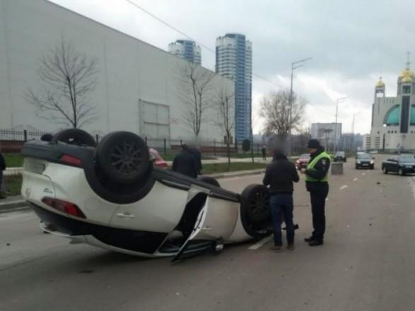 В Киеве в ДТП перевернулся автомобиль, есть пострадавшие