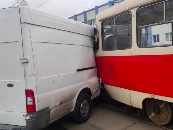 Несколькочасовой транспортный коллапс в столице: трамвай протаранил микроавтобус