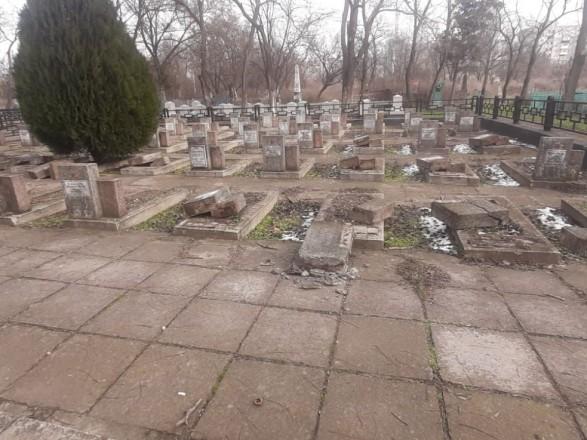 В Херсоне неизвестные повредили около 20 братских могил на мемориальном кладбище