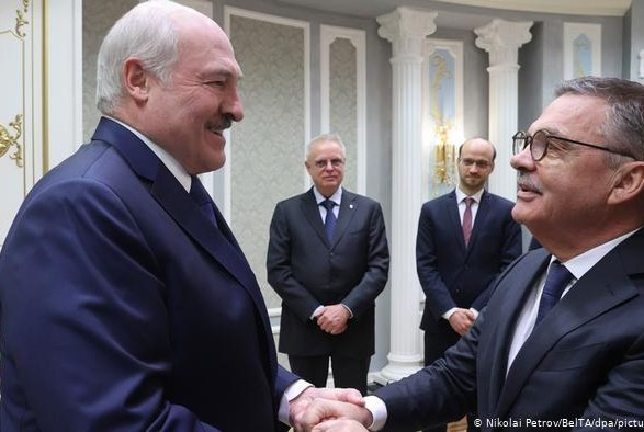 Глава Международной федерации хоккея извинился после объятий с Лукашенко