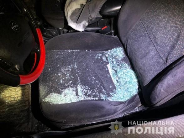 На Закарпатье трое мужчин с битами разбили две машины и избили пассажиров