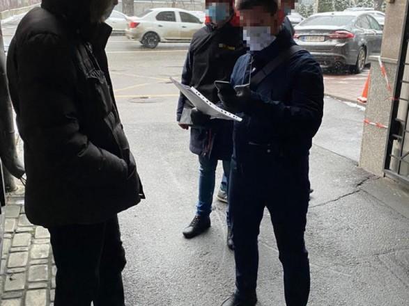 """Менеджера из """"Киевтранспарксервиса"""" задержали на взятке прямо на улице"""