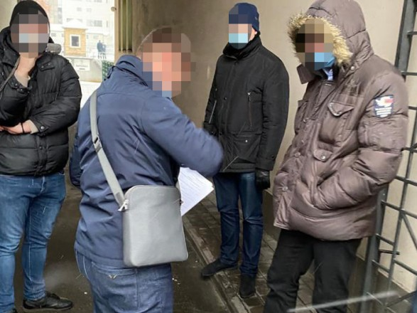 """Менеджера з """"Київтранспарксервісу"""" затримали на хабарі прямо на вулиці"""