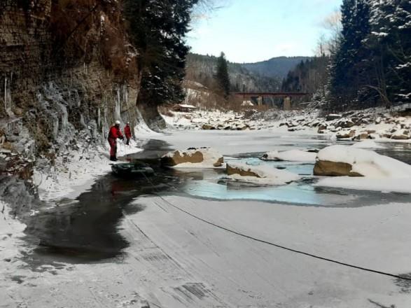 На Прикарпатье мужчина упал со склона в реку