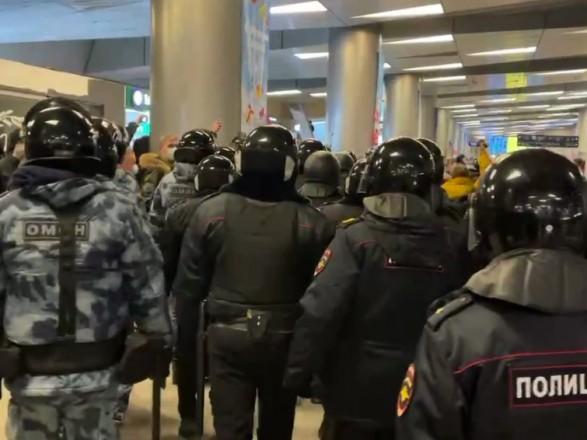 """ОМОН на месте"": началась ""зачистка"" аэропорта ""Внуково"""