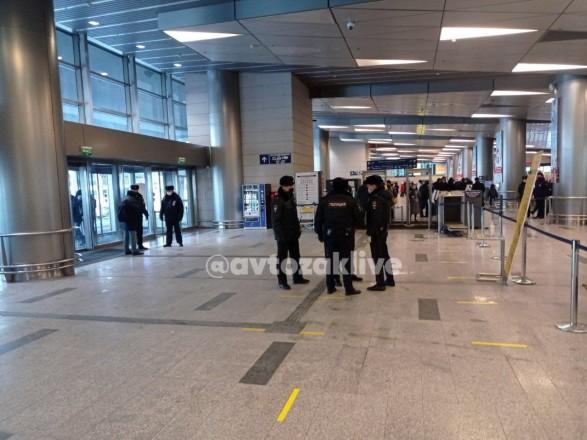 """Возвращение Навального: полиция не пускает во """"Внуково"""" людей без билетов на самолет"""
